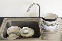 Sujo da lavagem de espera do prato e do kitchenware Imagem de Stock