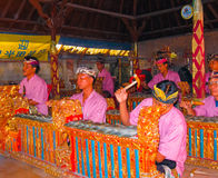 Sukawati,巴厘岛,印度尼西亚- 2008年12月28日:使用在乐器的传统巴厘语音乐家gamelan 免版税库存图片