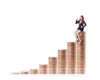 Sukces biznesowej kobiety obsiadanie na pieniądze Fotografia Royalty Free