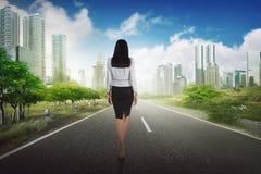 Sukces biznesowej kobiety odprowadzenie na drodze Obraz Royalty Free