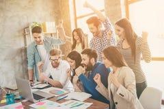 Sukces i drużyny pracy pojęcie Grupa partnery biznesowi z r zdjęcia stock
