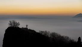Sukces szczyt w mglistych górach fotografia royalty free