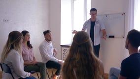Sukces, trener prowadzi szkolenie dla kobiet i mężczyzna podczas psychologicznej terapii na tle deska z słowem - zdjęcie wideo