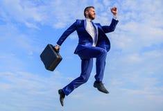 Sukces w biznesie żąda nadnaturalnych wysiłki Biznesmen z teczka skokiem wysokim w ruchu naprzód nadnaturalny obraz royalty free
