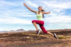 Sukces wolności biegacza beztroskiej kobiety działająca zabawa obraz royalty free