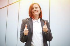 Sukces! Zwycięstwo! Szczęśliwy pomyślny miedzianowłosy dziewczyna szef, biznes obraz royalty free