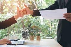 Sukcesu biznesmena partnery robi pięści wpadać na siebie i walić w górę showi zdjęcia stock