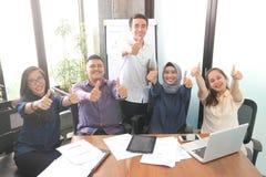Sukcesu pojęcie z różnorodność ludźmi przy biurem z nowożytnym współczesnym projektem indoors zdjęcie royalty free