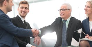 Sukcesu pojęcie w biznesie - uścisk dłoni partnery biznesowi Zdjęcie Stock