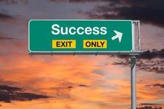 Sukcesu wyjścia Tylko autostrady znak z wschodu słońca niebem Zdjęcia Royalty Free