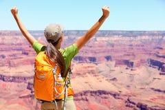 Sukcesu zwycięzcy osoby szczęśliwy wycieczkowicz w Uroczystym jarze Zdjęcie Stock