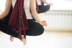 Sukhasana joga poza w hamakach Zdjęcia Stock