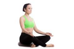 Sukhasana yoga poserar med kudden Royaltyfri Fotografi