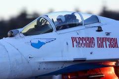 Sukhoi SU-27 20 błękit Rosyjscy rycerzy aerobatics zespala się przy Kubinka bazą lotniczą Fotografia Stock