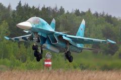 Sukhoi Su-34 bombplanlandning på den Kubinka flygvapengrunden, Moskvaregion, Ryssland royaltyfri bild