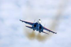 Sukhoi Su-27 do lutador de jato da equipe das acrobacias dos cavaleiros do russo que mostra o voo do demonstartion na base da for Imagem de Stock Royalty Free