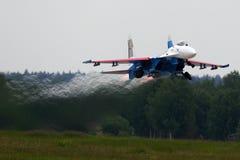 Sukhoi Su-27 do lutador de jato dos cavaleiros do russo da equipe das acrobacias decola na base da força aérea de Kubinka durante Fotografia de Stock