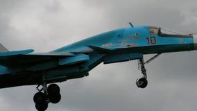 Sukhoi su-34 Fullback tijdens de demonstratievlucht stock footage