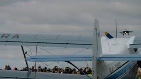 Sukhoi su-34 Fullback tijdens de demonstratievlucht stock video