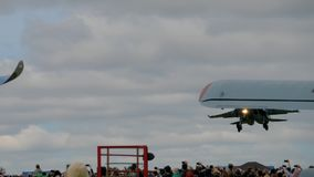 Sukhoi su-34 Fullback tijdens de demonstratievlucht stock videobeelden