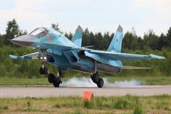 Sukhoi SU-34 RF-92252 da aterrissagem do bombardeiro da força aérea do russo na base da força aérea de Kubinka durante o fórum Ar Imagens de Stock Royalty Free