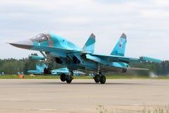 Sukhoi su-34 rf-95802 van Russische Luchtmacht die bij de Luchtmachtbasis van Kubinka van start gaan Stock Foto's