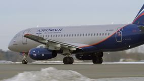 Sukhoi Superjet 100 της απογείωσης Αεροφλότ φιλμ μικρού μήκους