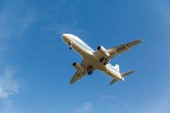 Sukhoi Superjet stijgt van baan op Stock Foto's