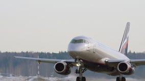 Sukhoi Superjet 100 van het opstijgen van Aeroflot stock videobeelden