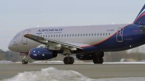 Sukhoi Superjet 100 van het opstijgen van Aeroflot stock footage