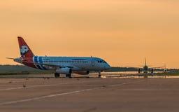 Sukhoi Superjet 100 Yamal-Luchtvaartlijnen die bij de luchthaven belasten Stock Foto
