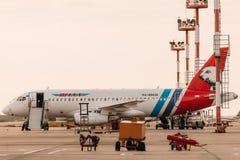 Sukhoi Superjet 100 Yamal-Luchtvaartlijnen die bij de luchthaven parkeren Royalty-vrije Stock Foto