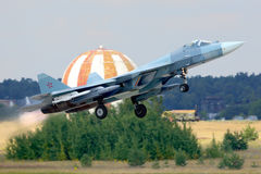 Sukhoi T-50 PAK-FA 054 biel rosyjski siły powietrzne spełniania lot próbny z pociskami przy Zhukovsky Obrazy Royalty Free