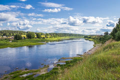 Sukhona-Fluss und Totma-Stadt auf seiner gegenüberliegenden Bank, Vologodskaya-Region, Russland Stockfotos