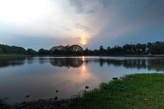 Sukhothai历史公园的湖 免版税库存照片