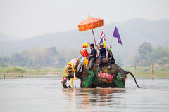 Sukhothai在大象后面节日的整理游行在Hadsiao寺庙 免版税图库摄影