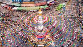 SUKHOTHAI,泰国- 4月13 :未认出的人在Songkran 库存照片