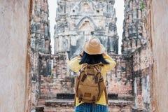 亚裔旅游妇女在Sukhothai,泰国拍照片古老塔寺庙泰国建筑学 偶然的女性旅客 免版税图库摄影