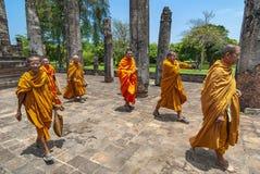 Sukhothai fördärvar buddistiska munkar, Thailand arkivbilder