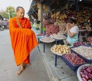 Sukhothai, Tahiland - 2019-03-06 - monge Gives Blessing aos vendedores em troca dos presentes do alimento imagens de stock