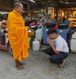 Sukhothai Tahiland - 2019-03-06 - munk Gives Blessing till f?rs?ljare i utbytet f?r g?vor av mat arkivfoton