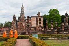 SUKHOTHAI TAJLANDIA, Czerwiec, - 21, 2015: Buddyjski Tajlandzki michaelita chodzić Obraz Royalty Free