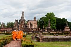 SUKHOTHAI TAJLANDIA, Czerwiec, - 21, 2015: Buddyjski Tajlandzki michaelita chodzić Zdjęcie Stock