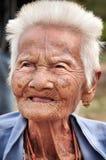 SUKHOTHAI TAJLANDIA, GRUDZIEŃ, - 15: Uliczny portret Tajlandzka opóźniona 85's kobieta przy Wata Srichum świątynią w SUKHOTHAI  obrazy stock
