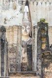 SUKHOTHAI THAILAND: Den huvudsakliga Buddha med den guld- handen i templet Arkivbilder