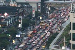 SUKHUMVIT droga, BANGKOK-DECEMBER 2017: Zły ruch drogowy w wigilii Zdjęcia Stock