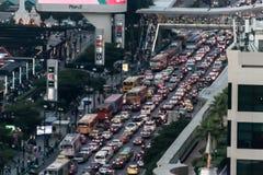 SUKHUMVIT-VÄG, BANGKOK-DECEMBER 2017: Den dåliga trafiken i helgdagsaftonen arkivfoto