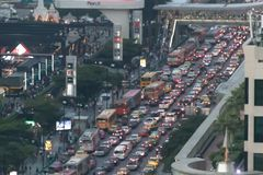 SUKHUMVIT-VÄG, BANGKOK-DECEMBER 2017: Den dåliga trafiken i helgdagsaftonen arkivfoton