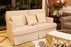 Sukienna kanapa w żywym pokoju Zdjęcie Stock