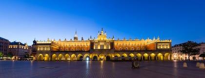Sukiennice, τετράγωνο αγοράς τη νύχτα, Κρακοβία, Πολωνία στοκ φωτογραφία με δικαίωμα ελεύθερης χρήσης